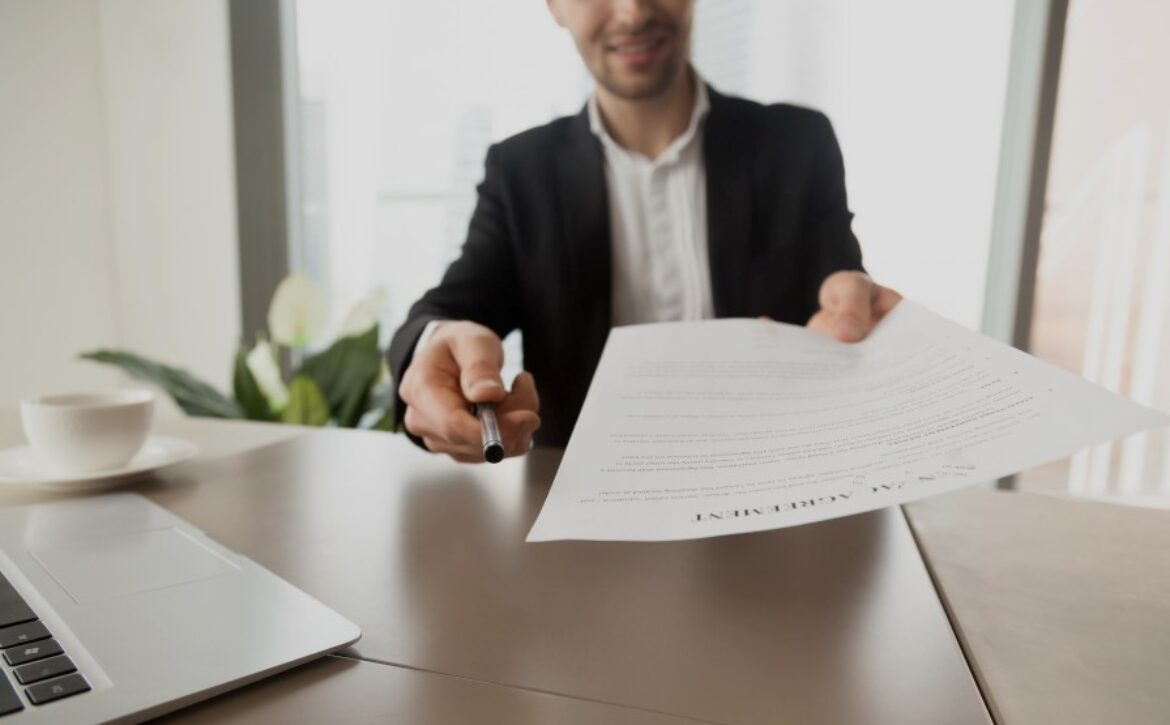 Real estate agent offers to sign rental agreement